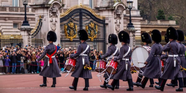 Queens Guard patrolieren vor dem Buckingham Palace