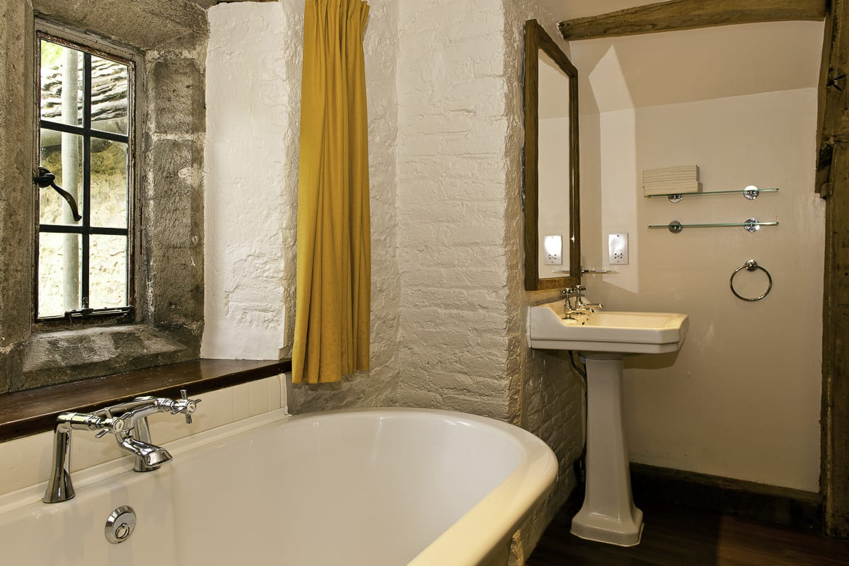 YHA Wilderhope Manor Premium Bathroom